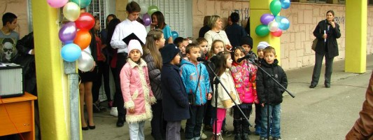 Първокласниците пеят